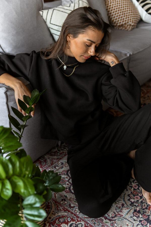 CARLA black turtleneck sweatshirt